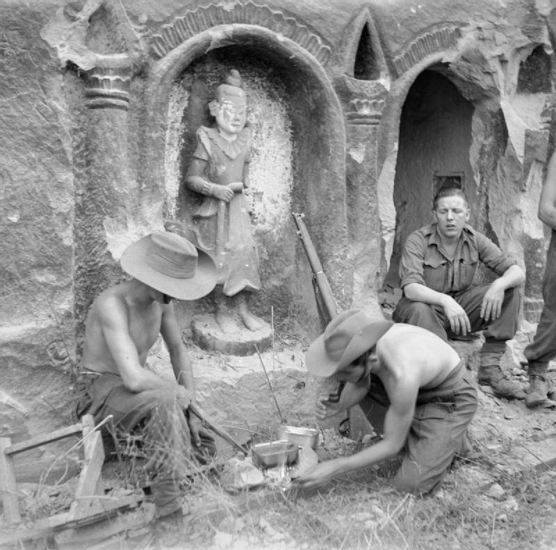 Солдаты 26-й индийской пехотной дивизии готовят еду возле храма на острове Рамри.jpg