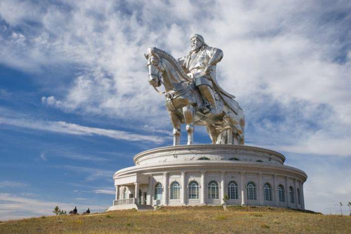 Статуя Чингисхана установлена на 10-метровом постаменте.