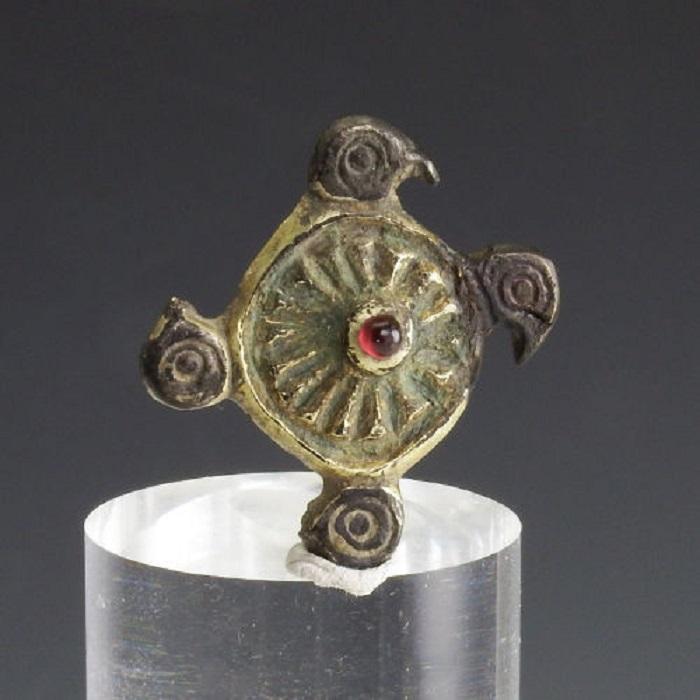 Серебряная Merovingian брошка с головой птицы с золочением